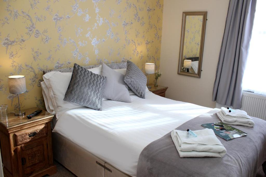 A bed or beds in a room at Esplanade Gardens B&B