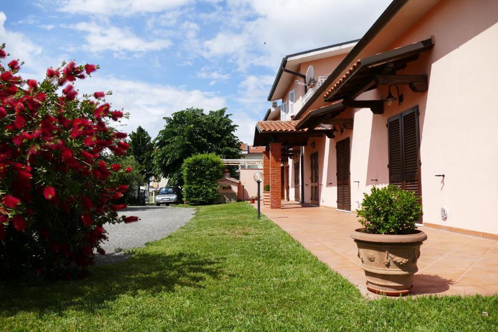 A garden outside Villa Etruria Guest House