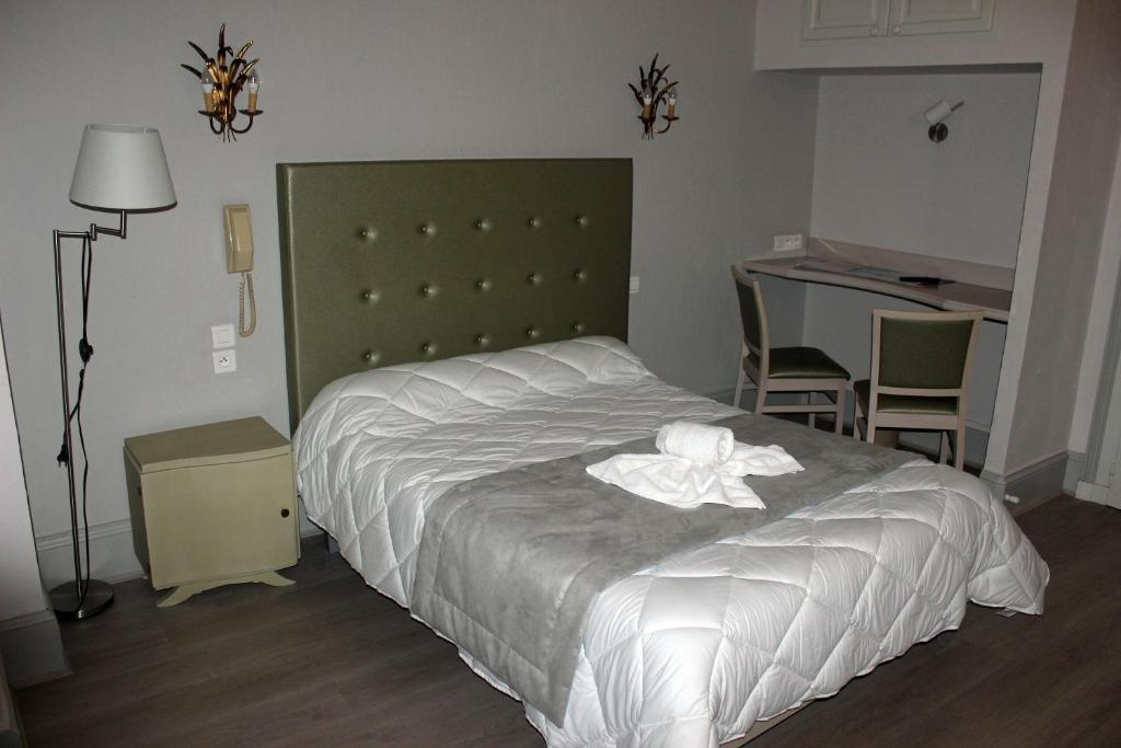 A bed or beds in a room at Hotel restaurant MARTINEZ