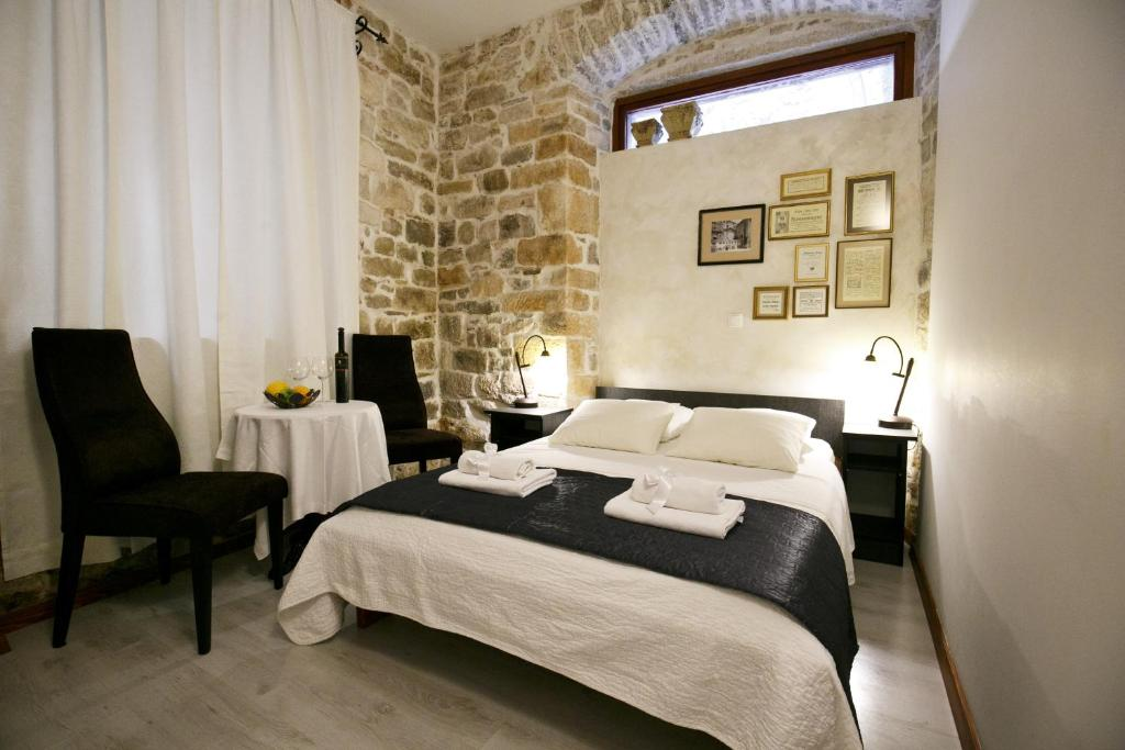 A bed or beds in a room at Borna and Franko Rooms