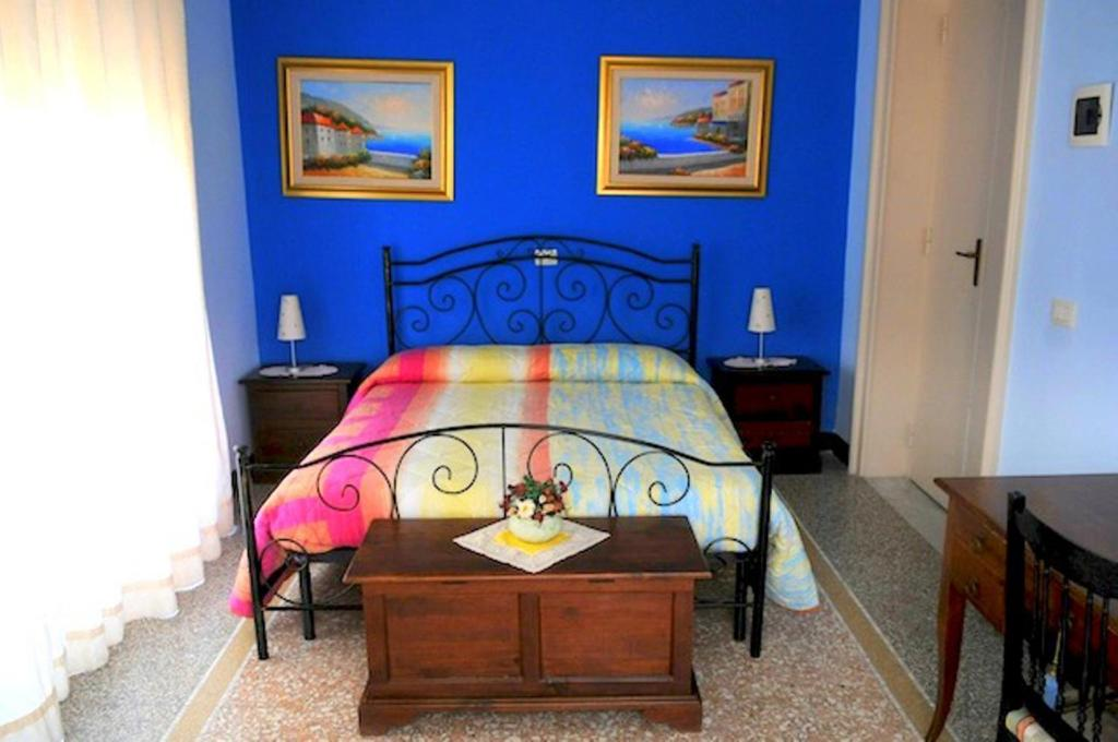A bed or beds in a room at B&B Globetrotter Ortigia