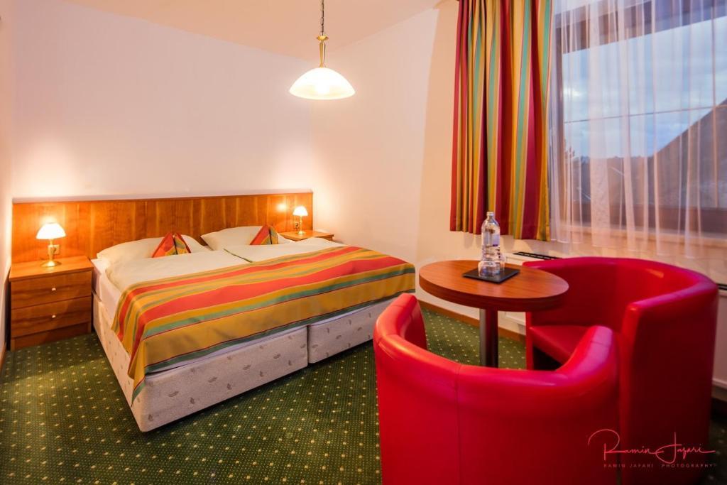 Ein Bett oder Betten in einem Zimmer der Unterkunft Turmhof Breitenbrunn