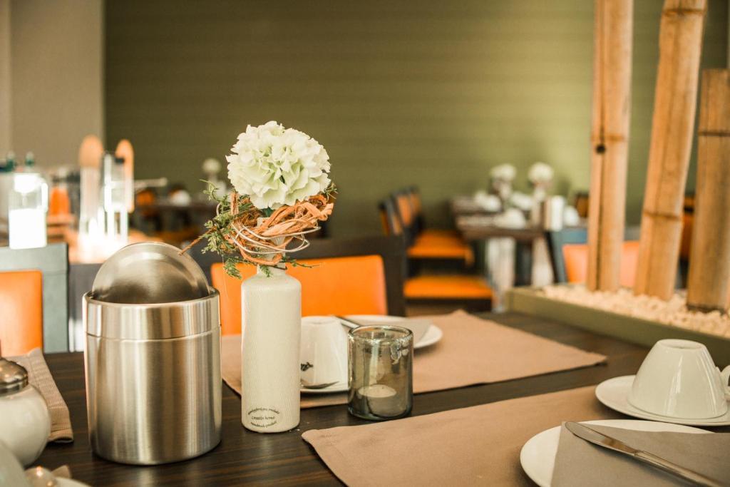 Ein Restaurant oder anderes Speiselokal in der Unterkunft Hotel Engel