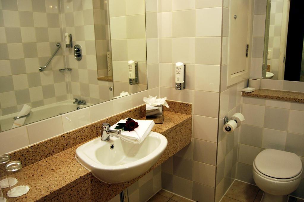 A bathroom at Maldron Hotel Parnell Square