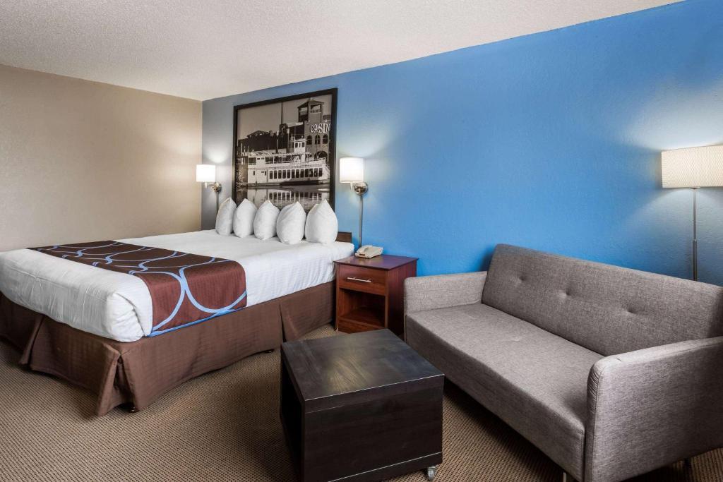 Super 8 By Wyndham Dubuque, Usa Furniture Dubuque