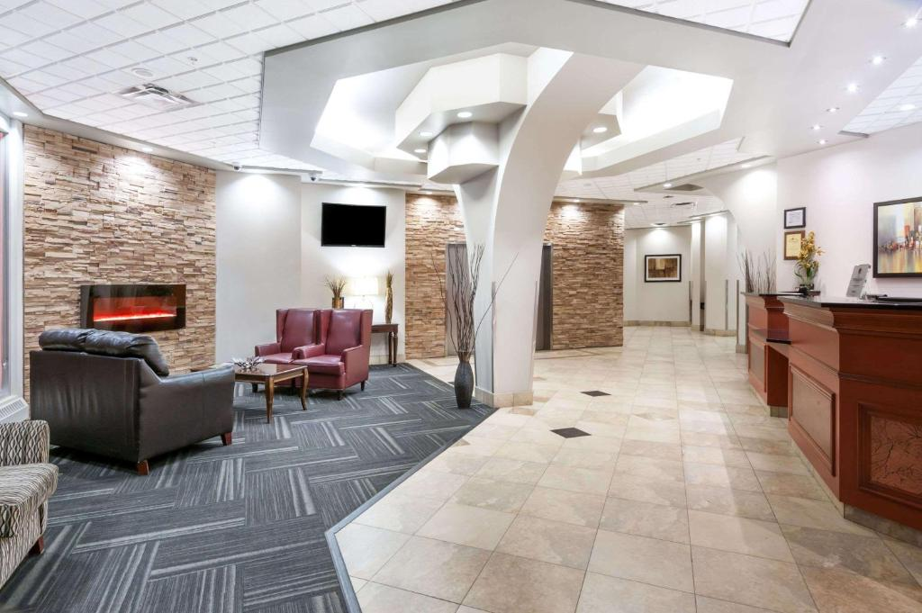 Lobby/Rezeption in der Unterkunft Ramada by Wyndham Edmonton South