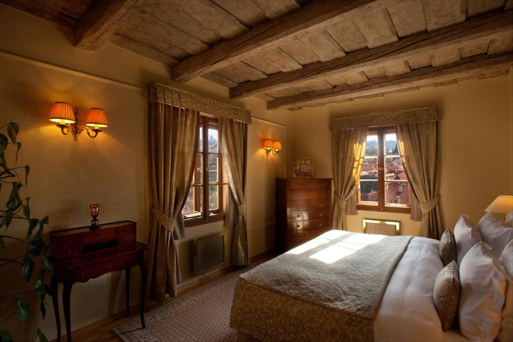 A bed or beds in a room at Golden Well