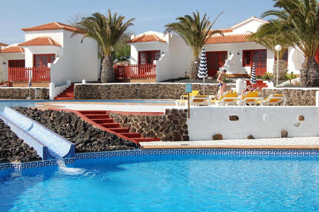 The swimming pool at or near Bungalows Castillo Beach