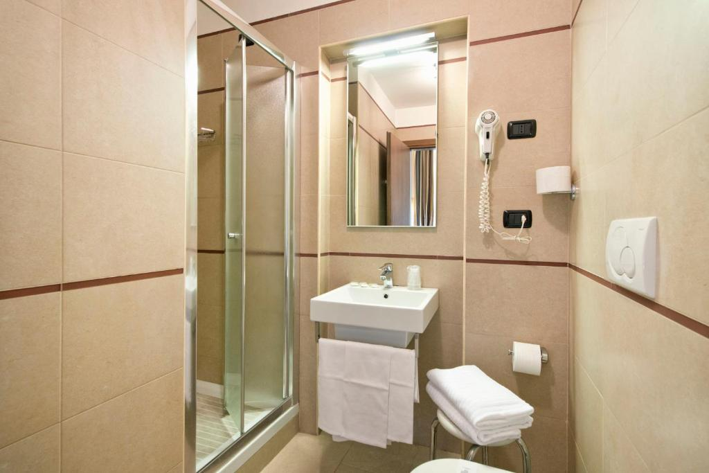 A bathroom at Hotel Marco Polo Rome