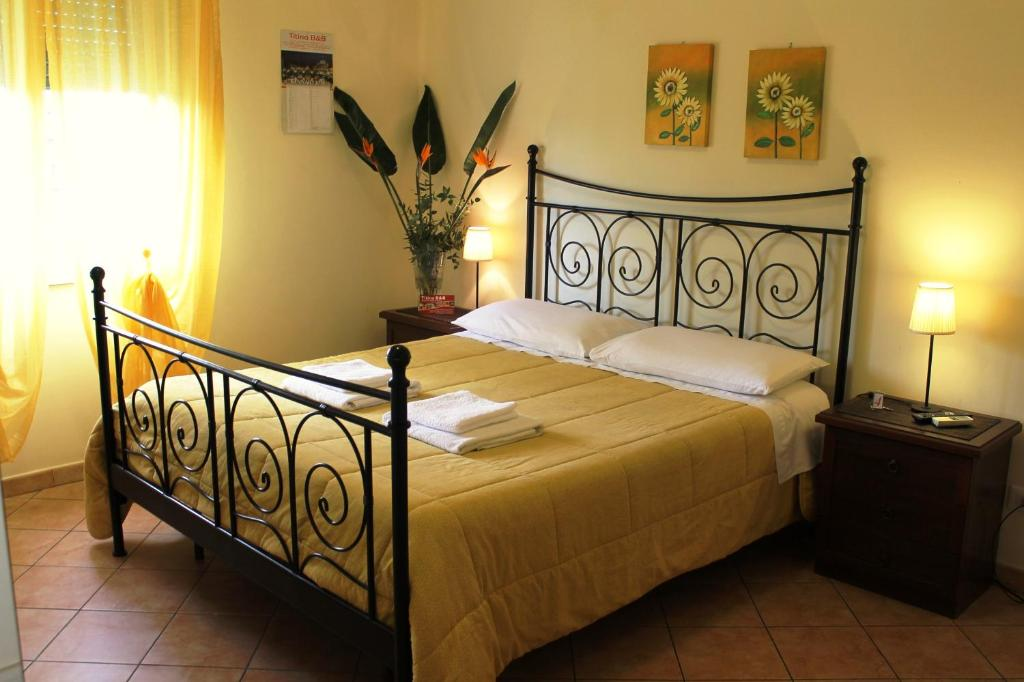 A bed or beds in a room at Titina B&B