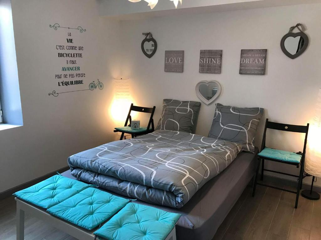 A bed or beds in a room at Les Tendres Nuits