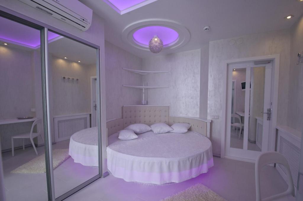 Кровать или кровати в номере Петровский Двор