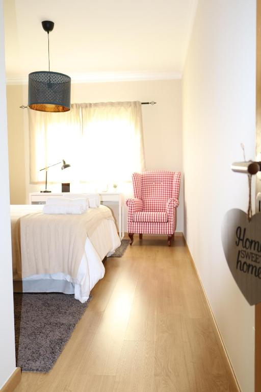A bed or beds in a room at Loulé Charming