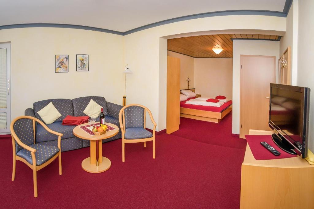 Ein Sitzbereich in der Unterkunft Schröder's Hotelpension