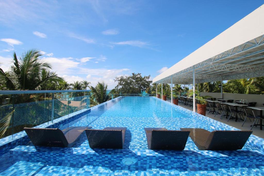 The swimming pool at or close to Estacio Uno