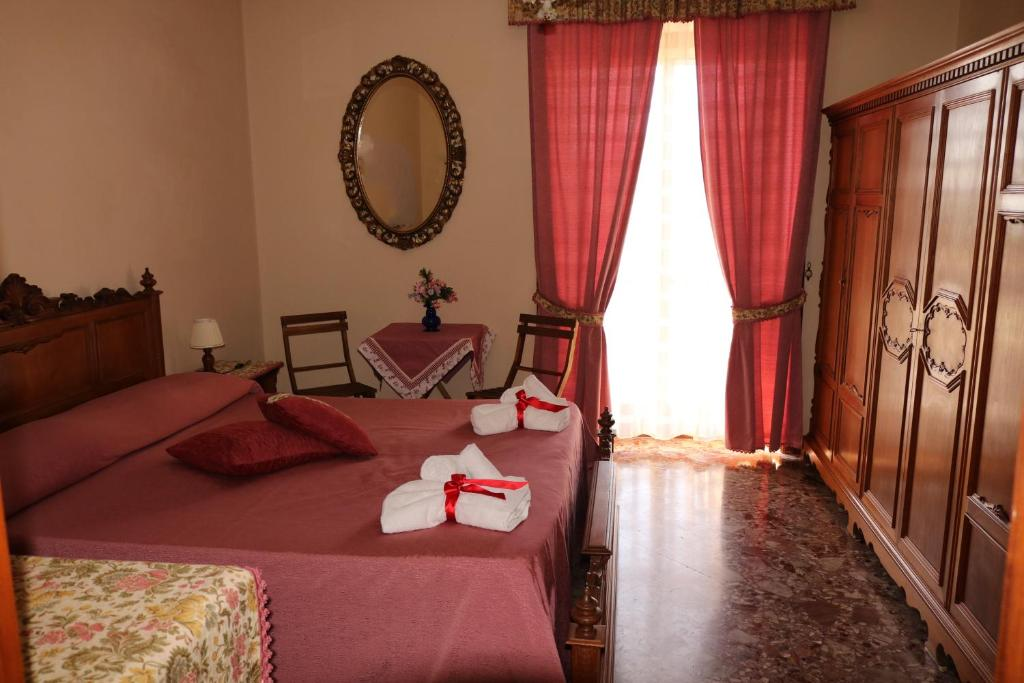 A bed or beds in a room at La Valigia di Giacomino
