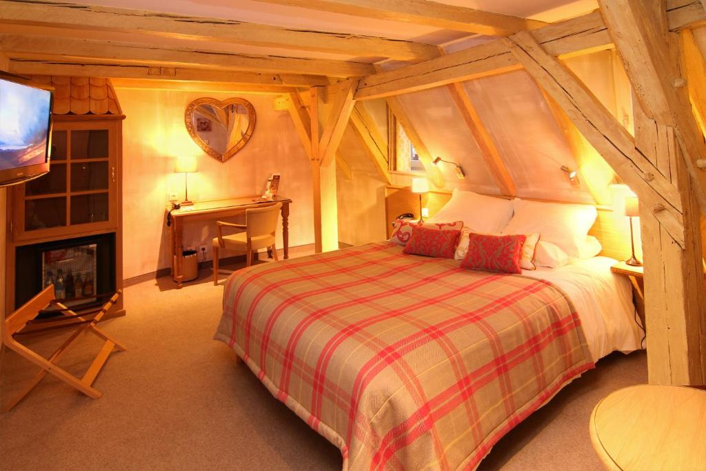 A bed or beds in a room at Hotel Beaucour