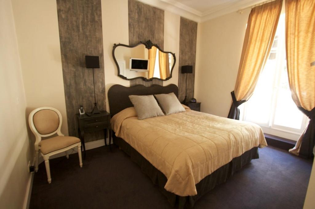 A bed or beds in a room at Hotel De Monaco