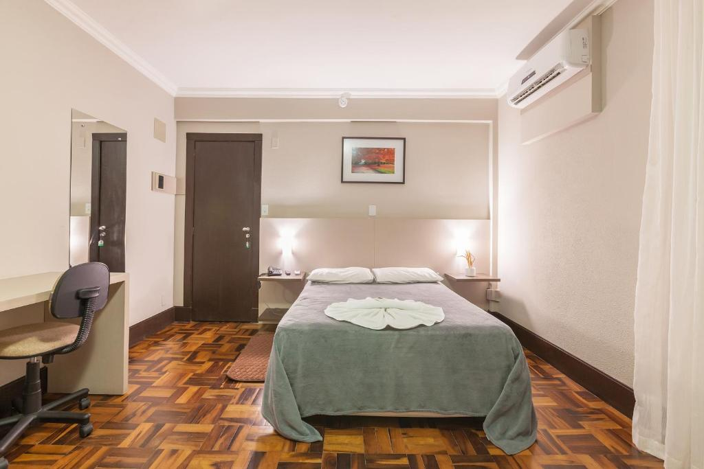 A bed or beds in a room at Tri Hotel Criciúma