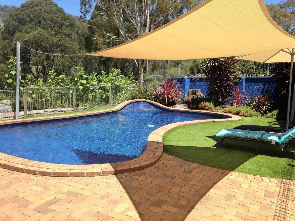 The swimming pool at or near Snow View Holiday Units
