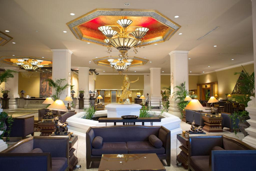A restaurant or other place to eat at Chiangmai Plaza Hotel