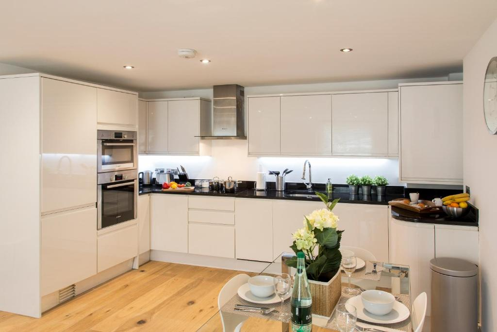 A kitchen or kitchenette at Finchley Central - Luxury 2 bed ground floor apartment