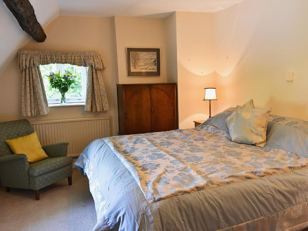 A bed or beds in a room at Rose Cottage No2
