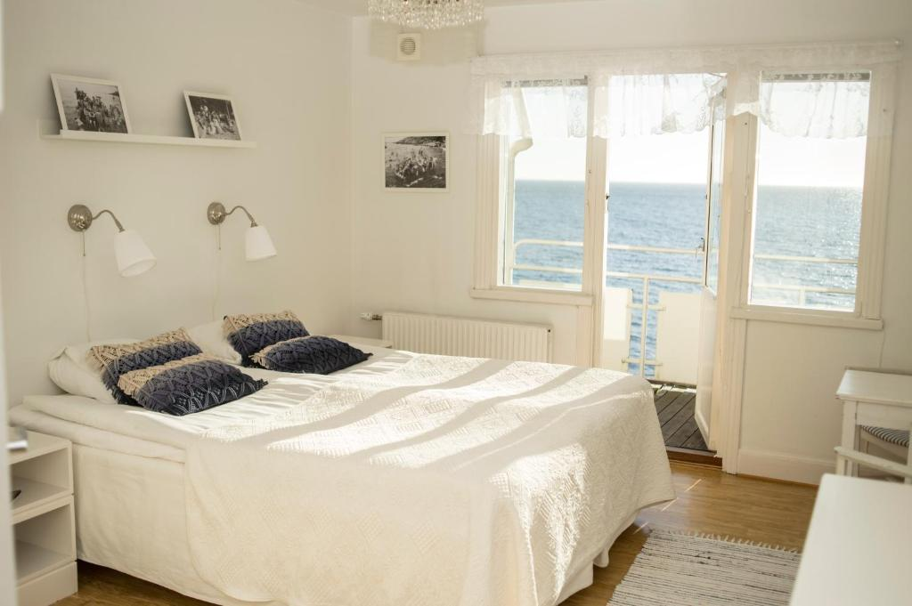 A bed or beds in a room at Pensionat Strandgården