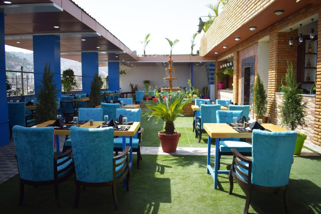 A restaurant or other place to eat at Hotel New Majestic 100 Mtrs From Railway Station