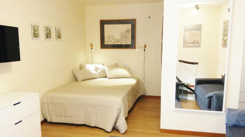 A bed or beds in a room at Bilocale in centro