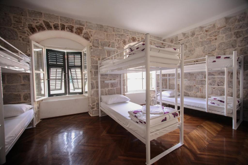Letto o letti a castello in una camera di Hostel Angelina Old Town