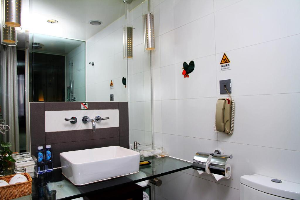 A bathroom at The Pavilion Century Tower (Huaqiang NorthBusiness Zone)