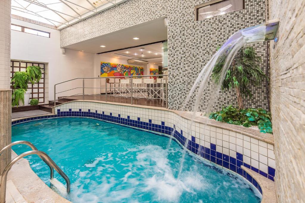A piscina localizada em Hotel Torre Sol ou nos arredores