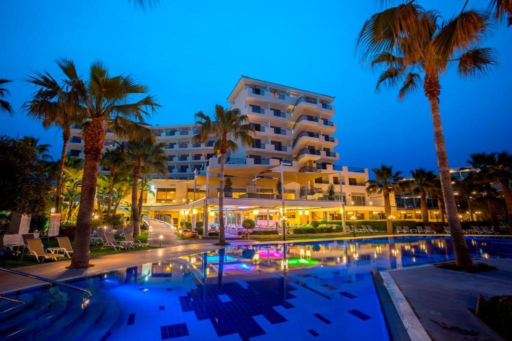 Бассейн в Aquamare Beach Hotel & Spa или поблизости