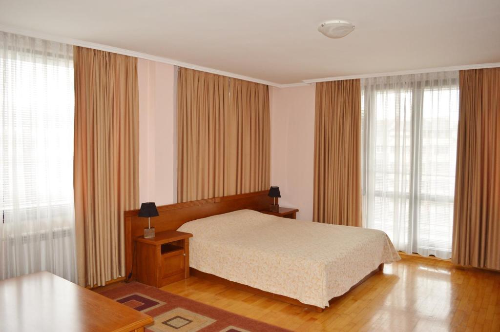 Łóżko lub łóżka w pokoju w obiekcie Hotel Drama Burgas