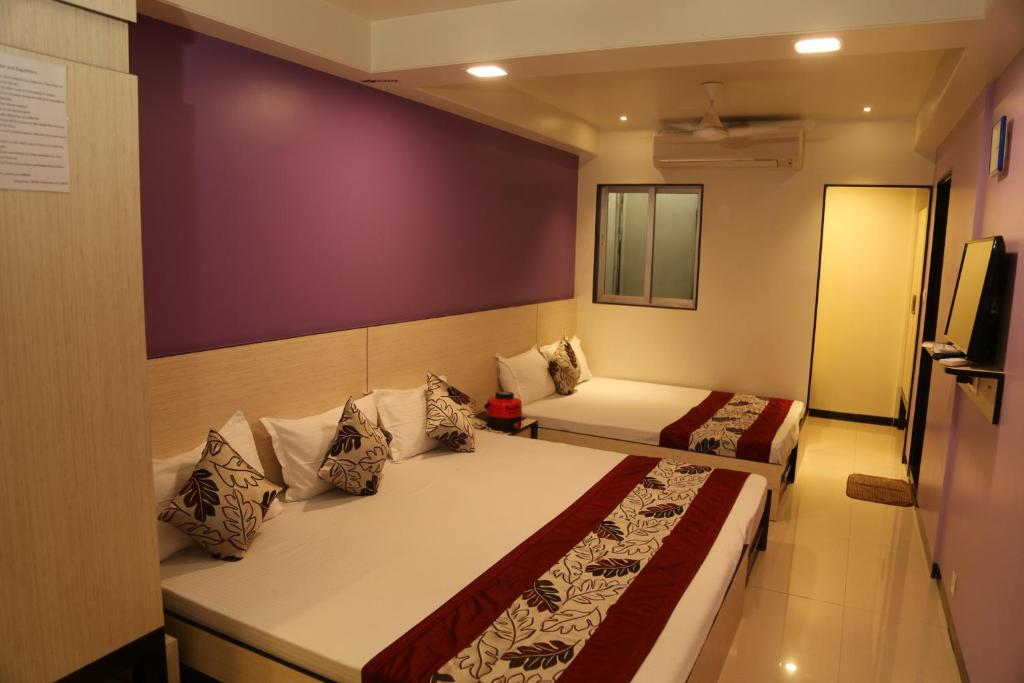 A bed or beds in a room at HOTEL MADNI ROYALE (50 Mtrs from Dargaah), Ajmer