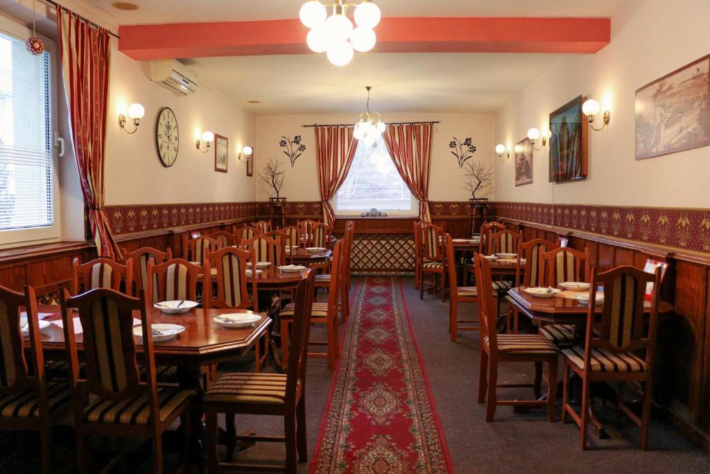 Reštaurácia alebo iné gastronomické zariadenie v ubytovaní Penzión Grand