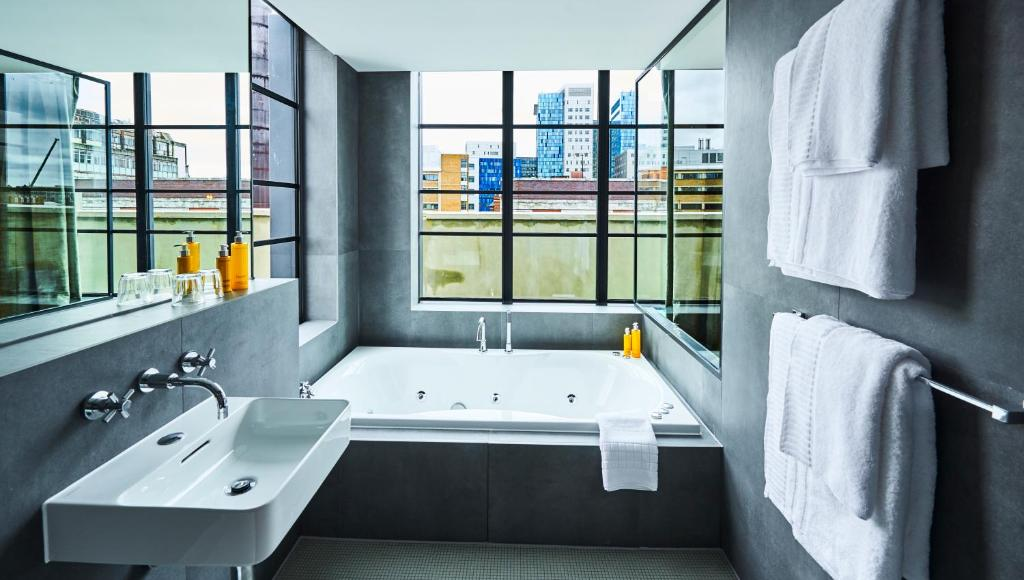 A spa bath at the New Road Hotel.