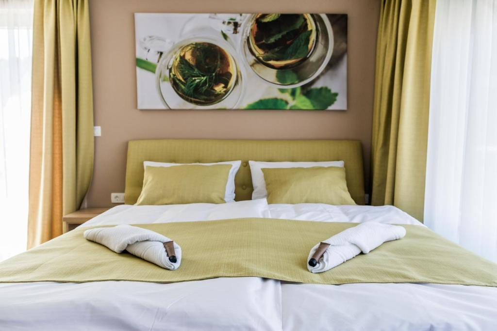 A bed or beds in a room at Bed & Breakfast Tea Rooms