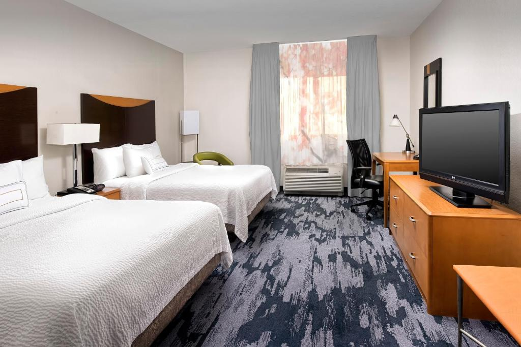 A bed or beds in a room at Fairfield Inn & Suites by Marriott Miami Airport South