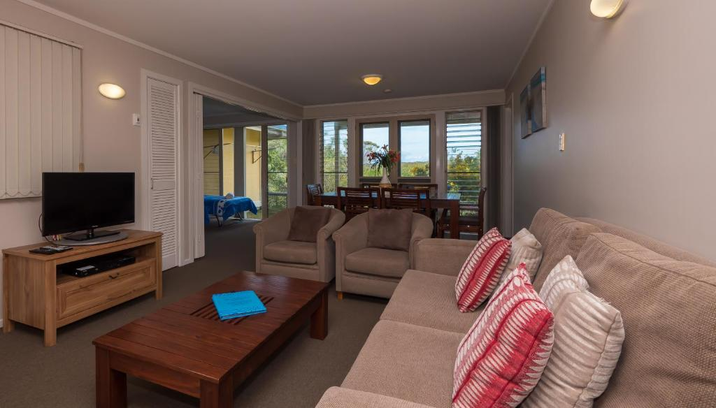 A seating area at Hastings Cove Holiday Apartments