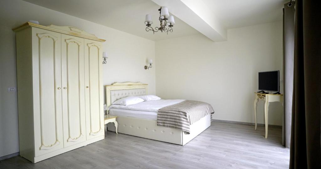 A bed or beds in a room at Pensiunea Sofia