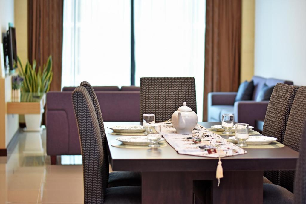 A restaurant or other place to eat at Bernard Holiday Home 2 @ Boulevard Imperial Suite Kuching