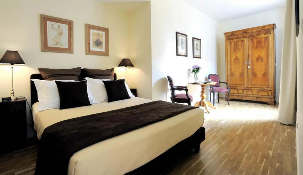 A bed or beds in a room at Appartements Caumartin 64