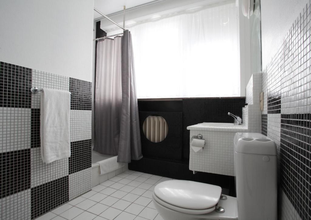 A bathroom at Hotel La Royale