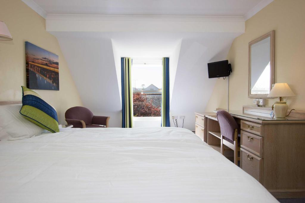 A bed or beds in a room at Beausite Hotel