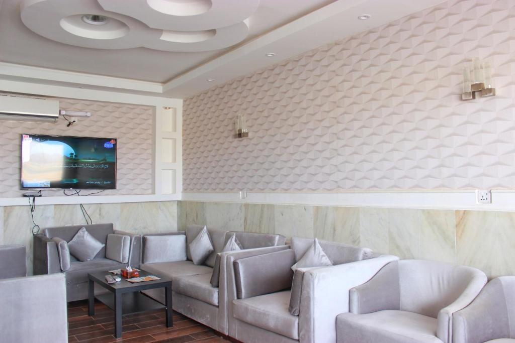 Uma área de estar em Dar Al Asalah Hotel-Apartments
