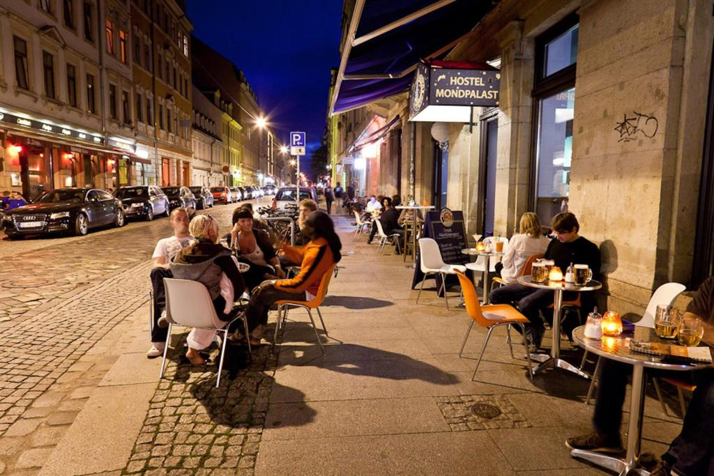A restaurant or other place to eat at Hostel Mondpalast