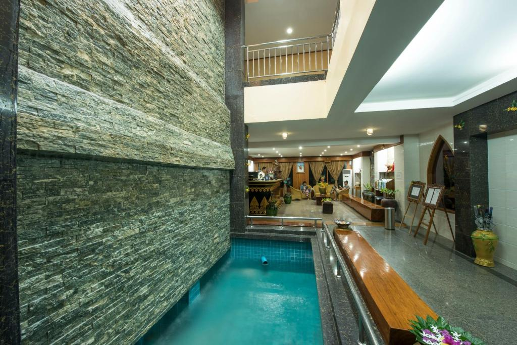 Der Swimmingpool an oder in der Nähe von Crown Prince Hotel