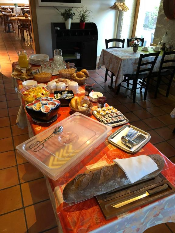A restaurant or other place to eat at Auberge de la Réunion